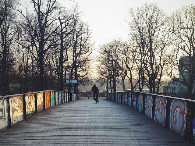 Leipzig Elsterkanal im Winter mit Radler