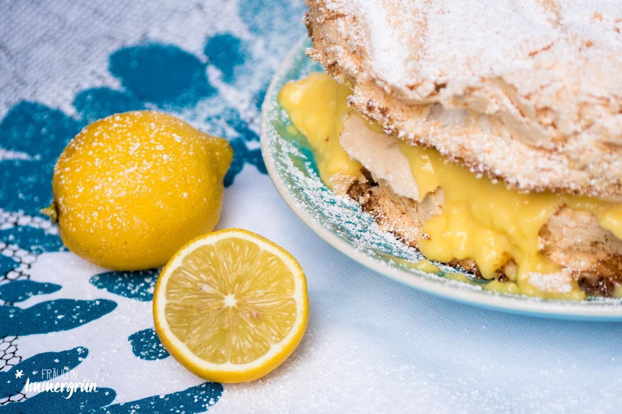 chneemousse-Torte mit Lemoncurd-Pudding: Fluffiger Teig mit Baiserschicht gefüllt mir zitroniger Puddingcreme und Schlagsahne