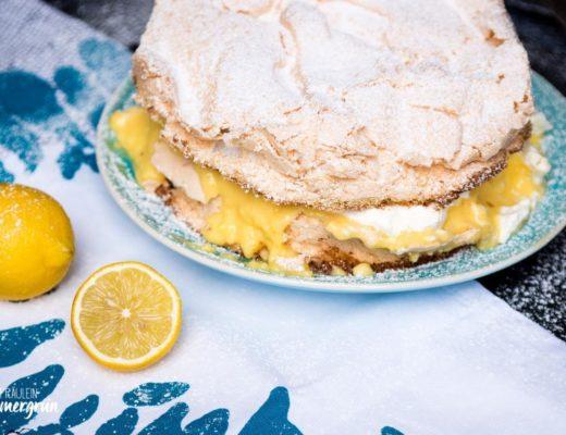 Schneemousse-Torte mit Lemoncurd-Pudding: Fluffiger Teig mit Baiserschicht gefüllt mir zitroniger Puddingcreme und Schlagsahne