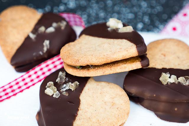 Vegane Ingwer-Herzen mit Schokolade, gefüllt mit Aprikosenfruchtaufstrich und Pistazien – Mandelmus bindet den Teig