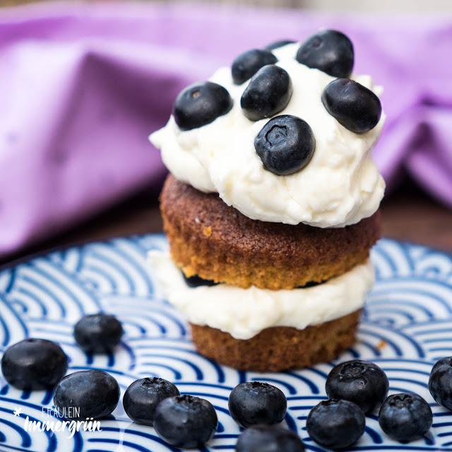 Möhren-Walnuss-Torte mit Blaubeeren und Frischkäse-Frosting, Cupcake