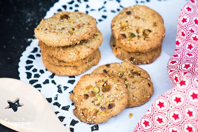 Vegane Sesam-Tahini-Cookies mit Pistazien – nicht zu süß und lecker knusprig.