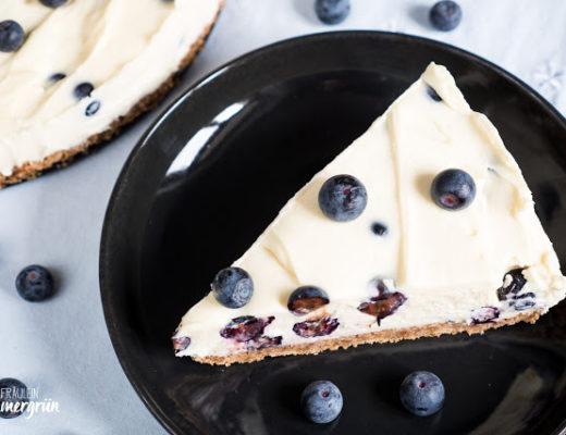 Käsekuchen mit weißer Schokolade und Blaubeeren