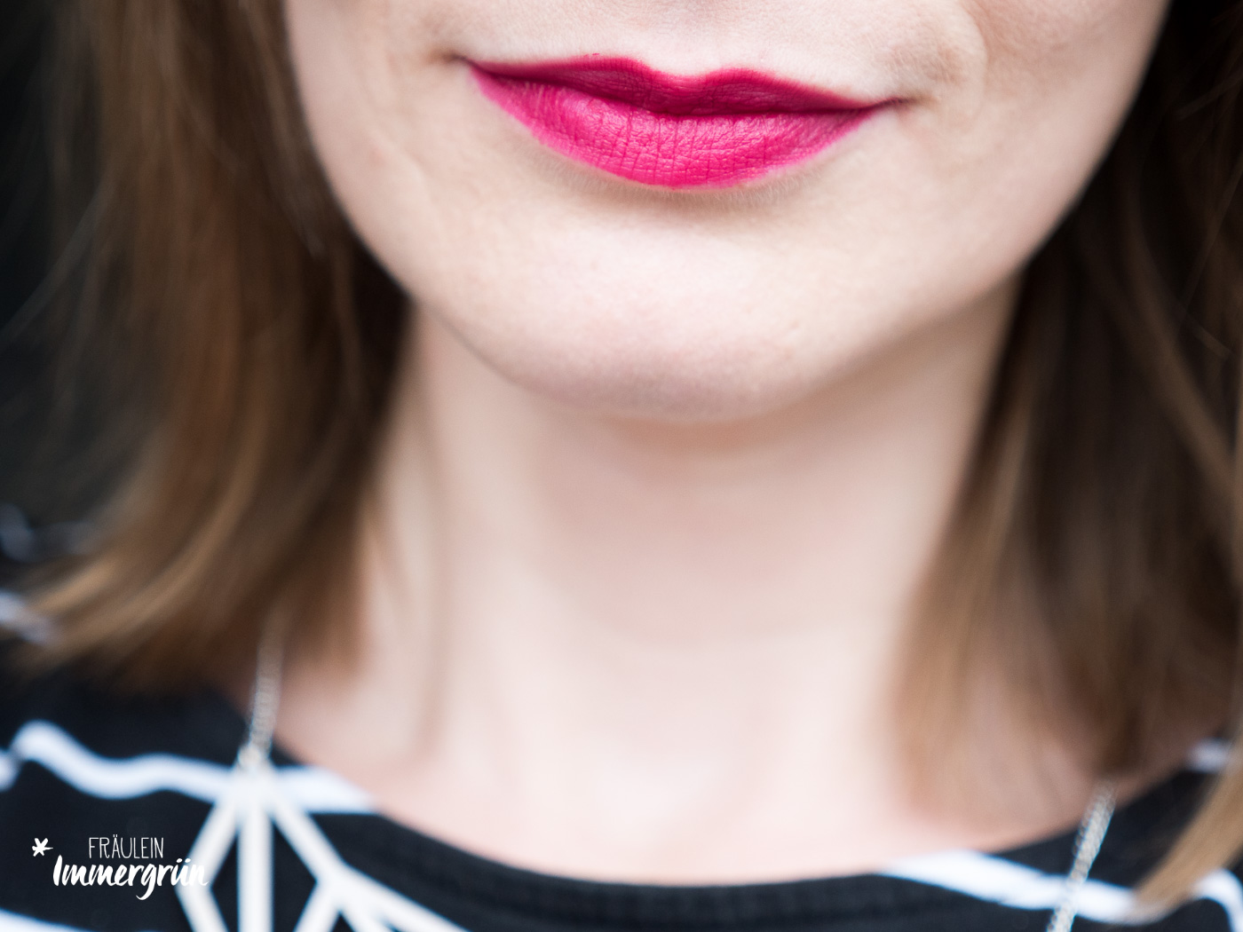 100 Percent Pure natuerlicher Lippenstift: Tragefoto von Cocoa Butter Semi-Matte Lipstick Currant. Vegane Naturkosmetik.