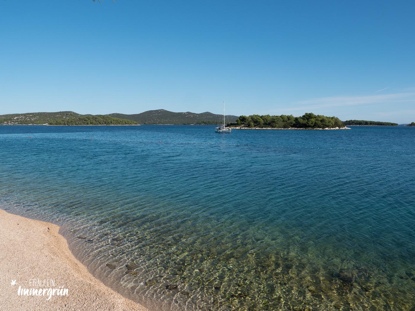 Dalmatien in Kroatien: Urlaub an der dalmatinischen Küste in der Nebensaison – Insel Murter, Badebucht in Jezera