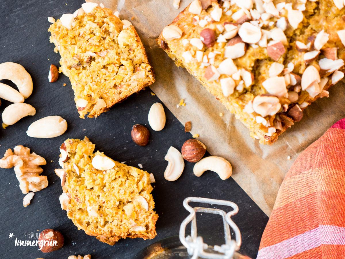 Kürbisbrot mit Nüssen – gelingt ganz einfach und passt perfekt in den Herbst und Winter. Tipps zur veganen und glutenfreie Variante.