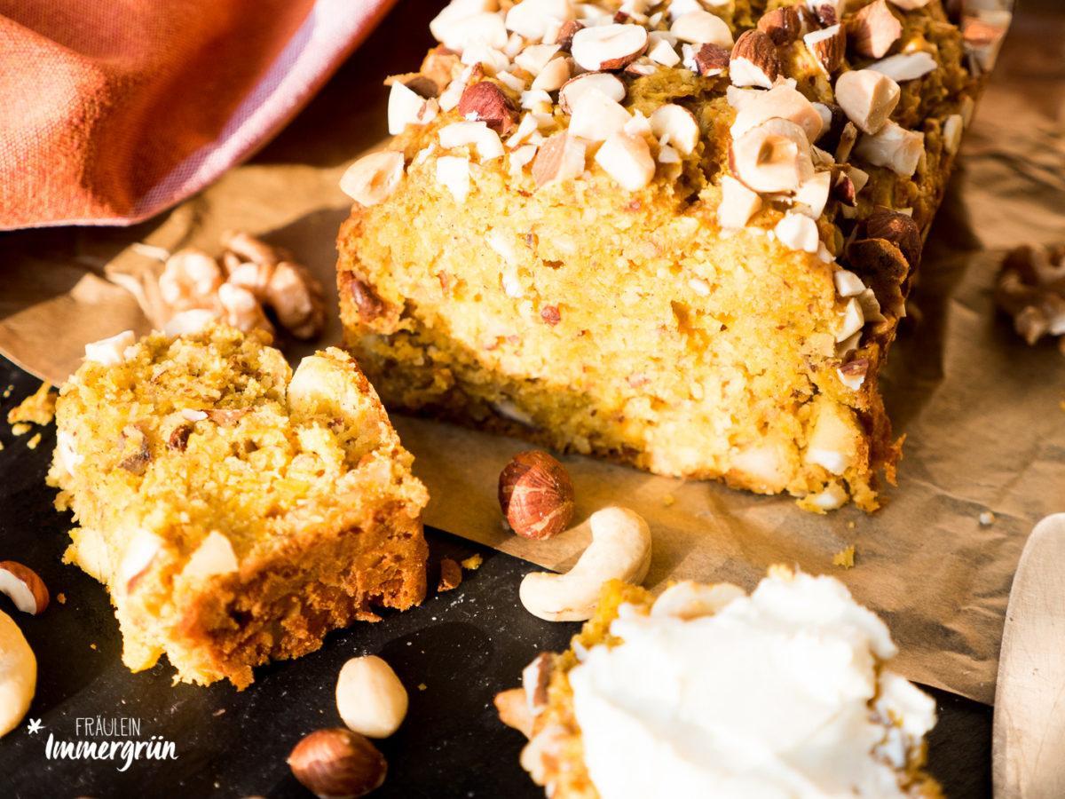 Kürbisbrot mit Nüssen – gelingt ganz einfach und passt perfekt in den Herbst und Winter. Tipps zur veganen Variante.