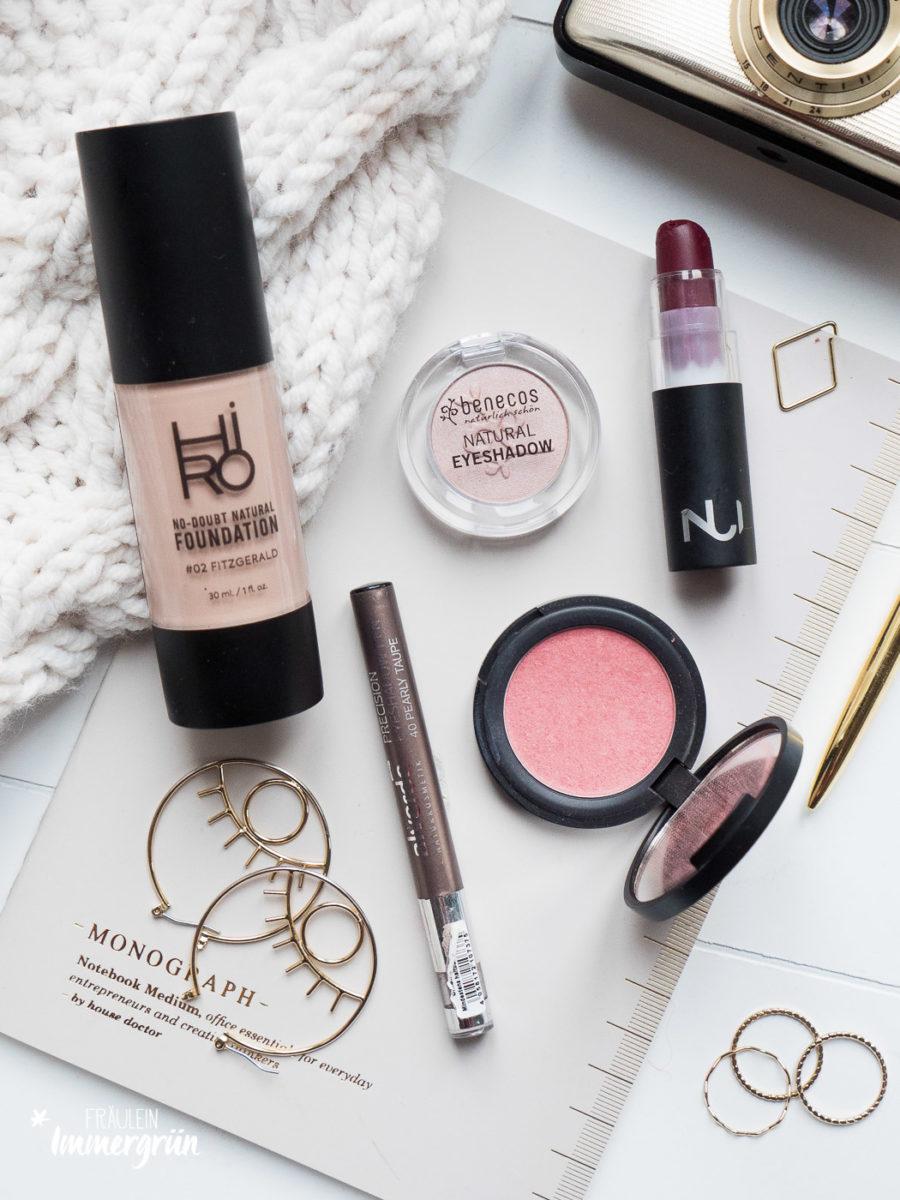 Foundatio-n von Hiro, Blush/ Rouge und Lippenstift von Nui Cosmetics, Lidschatten von Alverde und Benecos – vegane, natürliche und tierversuchsfreie Kosmetik