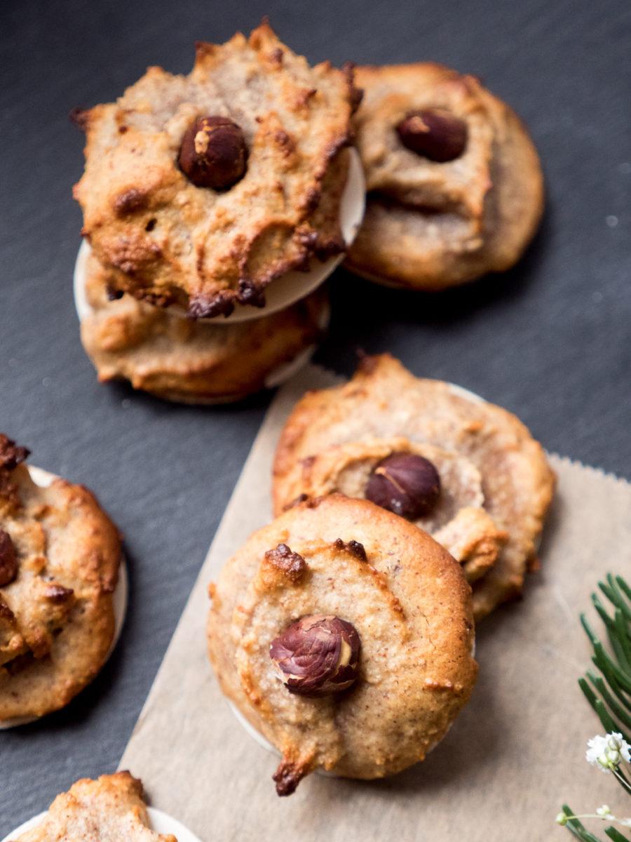 Weihnachtsbäckerein mit veganen und glutenfreien Nuss-Makronen. Mandelmuss trifft auf Marzipan und Haselnüsse – gelingt ganz leicht.