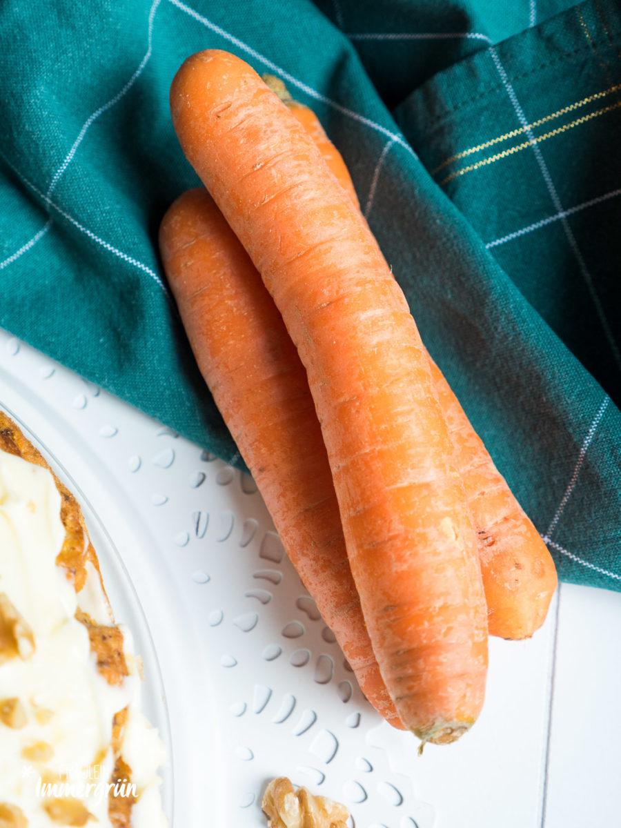 American Carrot Cake mal anders: Möhrenkuchen mit Ananas und Gewürzen (Zimt, Piment, Muskatnuss, Nelken)